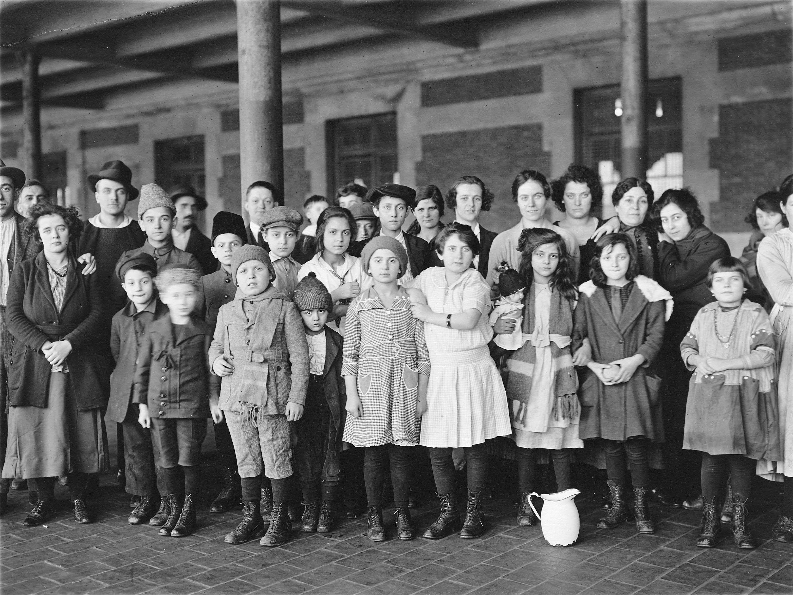 From: http://www.archives.gov/press/press-kits/picturing-the-century-photos/images/immigrant-children-ellis-island.jpg